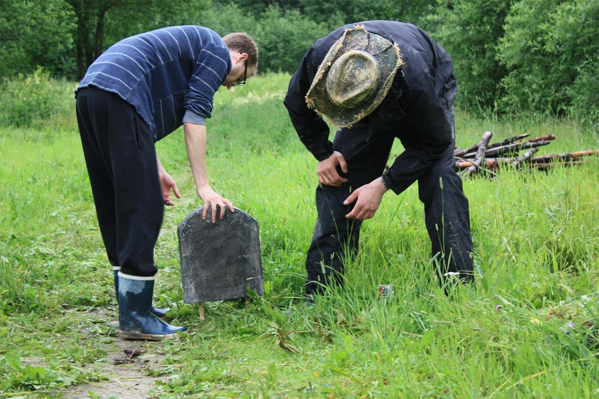 Aladdin and myself fixing a home-made gravestone into the grave